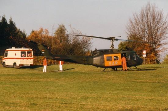 """Die Archivaufnahme zeigt die vom 1. Juli 1974 bis 31. März 1998 in Nürnberg eingesetzte Bell UH-1D der Bundeswehr als """"SAR 74"""" bei einem Notfalleinsatz"""