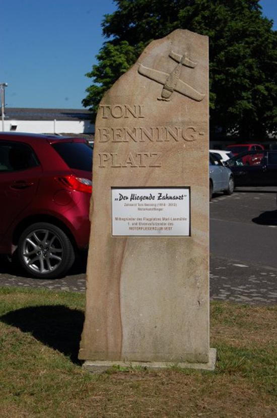 """Gewidmet dem """"Fliegenden Zahnarzt"""" und """"Motorkunstflieger"""" Anton (""""Toni"""") Hermann Benning: der Gedenkstein befindet sich am Flughafen Marl-Loemühle"""
