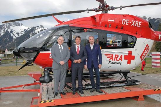 Gruppenfoto vor neuer Einsatzmaschine: (von links nach rechts) Dr. Peter Huber (Geschäftsführer der ARA Flugrettung, Dr. Peter Rezar (Präsident des ARBÖ) und Kommerzialrat Magister Gerald Kumnig (Generalsekretär des ARBÖ)