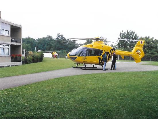 Das Archivfoto von der offiziellen Inbetriebnahmeveranstaltung am 21. Juli 1997 zeigt die gelb lackierte EC 135 mit dem Kenner D-HPOZ, die allerdings nie in Diensten der ADAC Luftrettung flog