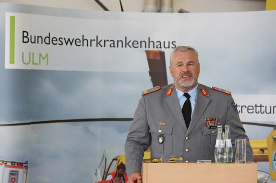 Generalarzt Dr. Ralf Hoffmann, Ärztlicher Direktor und Kommandeur des Ulmer Bundeswehrkrankenhauses begrüßte die geladenen Gäste sowie Pressevertreter im Hangar von Christoph 22.