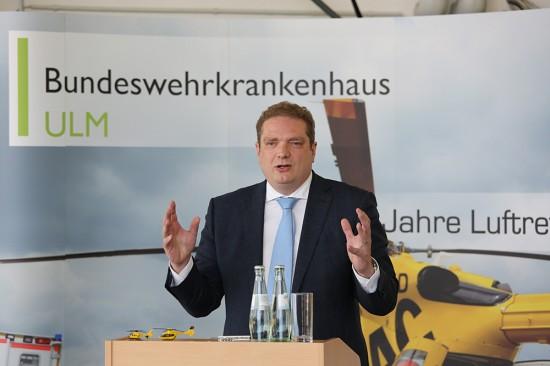 Frédéric Bruder, Geschäftsführer der ADAC Luftrettung gGmbH g ist froh, in Ulm einen starken und zuverlässigen Partner wie die Bundeswehr an seiner Seite zu haben.