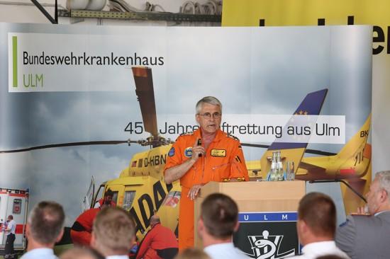 Oberstarzt Prof. Lorenz Lampl, Direktor der Klinik für Anästhesiologie & Intensivmedizin am Bundeswehrkrankenhaus in Ulm, während eines Fachvortrages.