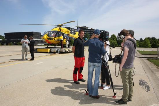 Stationsleiter und Pilot Marc Rothenhäusler bei Filmaufnahmen für den Südwestrundfunk.