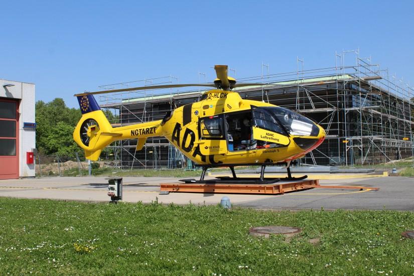 """Die aktuelle Aufnahme zeigt (vorne) den RTH """"Christoph 5"""" und (hinten) die sich im Bau befindliche neue Luftrettungsstation an der BGU Ludwigshafen"""
