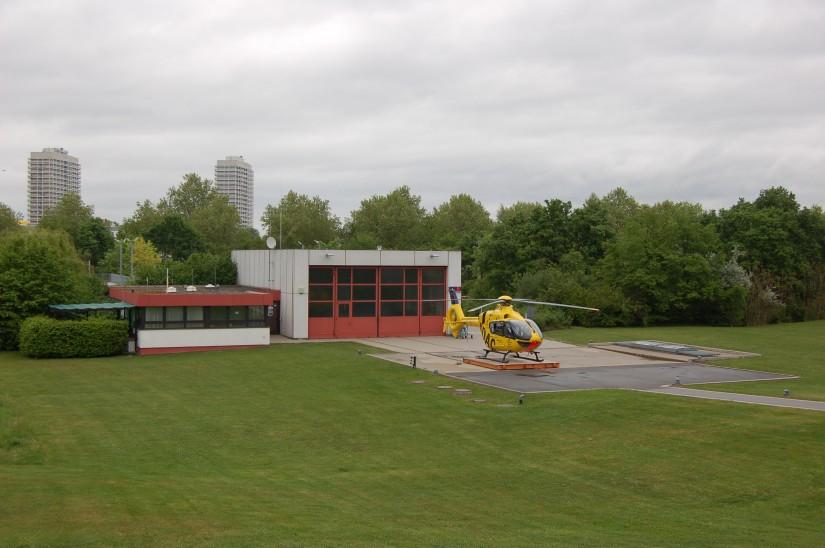 """Inzwischen in die Jahre gekommen: die noch zu BGS-Zeiten errichtete Luftrettungsstation """"Christoph 5"""" an der BGU Ludwigshafen (Archivaufnahme aus dem Jahr 2012)"""