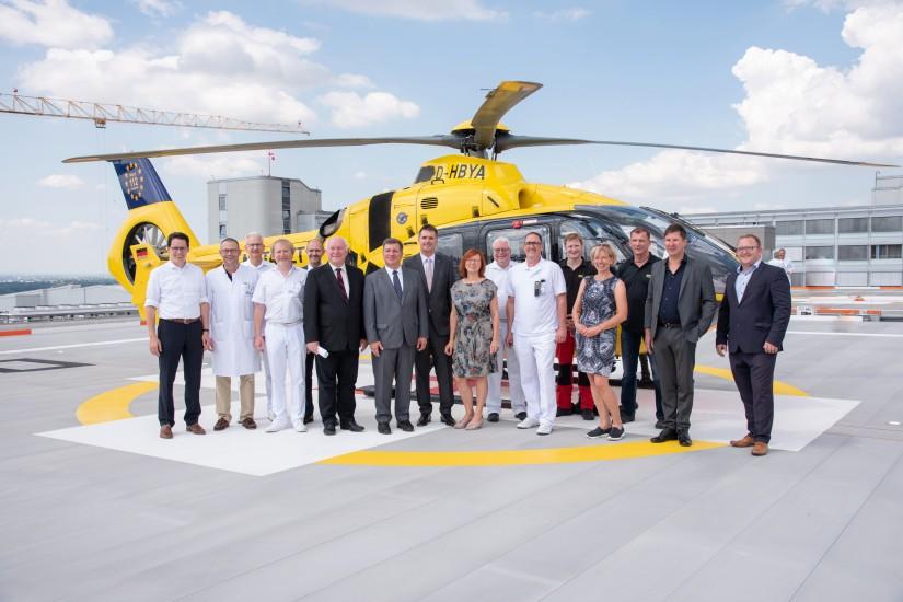 Zur Einweihung fand ein Festakt auf dem neuen Landeplatz statt, zu dem neben den geladenen Gästen auch eine Maschine der ADAC-Luftrettung vor Ort war.