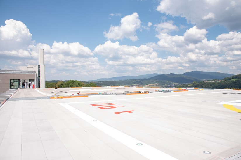 Die neue Landeplatzkonstruktion bietet Platz für zwei Hubschrauber, im Hintergrund ist gut die ländliche Region des Bayerischen Waldes zu erkennen.
