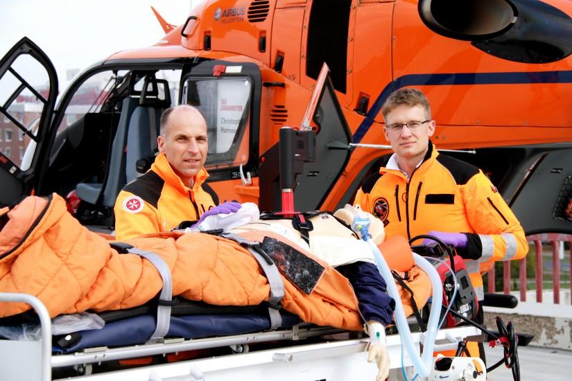 Dr. Christian Macke, Ärztlicher Leiter Christoph 4 und Johanniter-Notfallsanitäter Marc Lüpkemann mit dem neuen Corpuls CPR