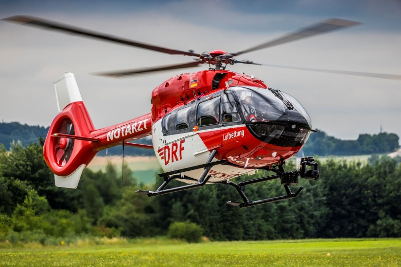 Schon ein gewohntes Bild: Eine H145 der DRF Luftrettung. Allerdings hat Airbus Helicopters das Pressefoto einer auffälligen Retusche unterzogen, man beachte z.B. die fehlende Kennung und das fehlende Logo am Heck