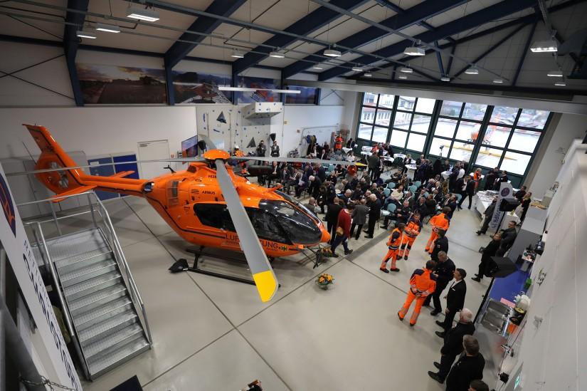 Zahlreiche Vertreter der beteiligten Organisationen und Institutionen fanden sich im Hangar des LRZ ein.