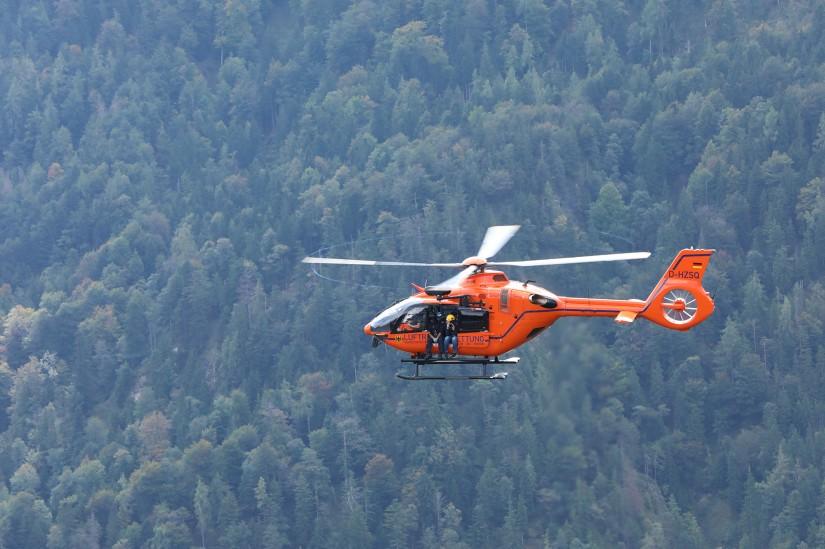 Eine der beiden neuen H135 im Demonstrationsflug.