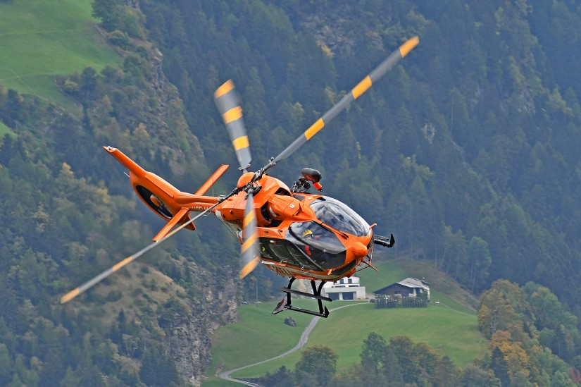 Eines der 12 Motive: Pelikan 1 im Anflug bei einer Bergrettungsübung im Vinschgau
