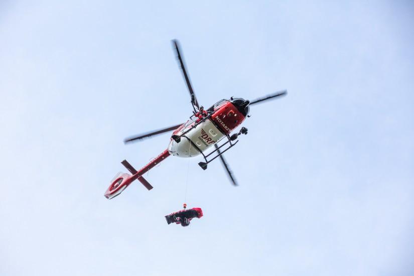 Rot-weißer Hubschrauber des Typs H 145 mit Winde kommt nach Bautzen.