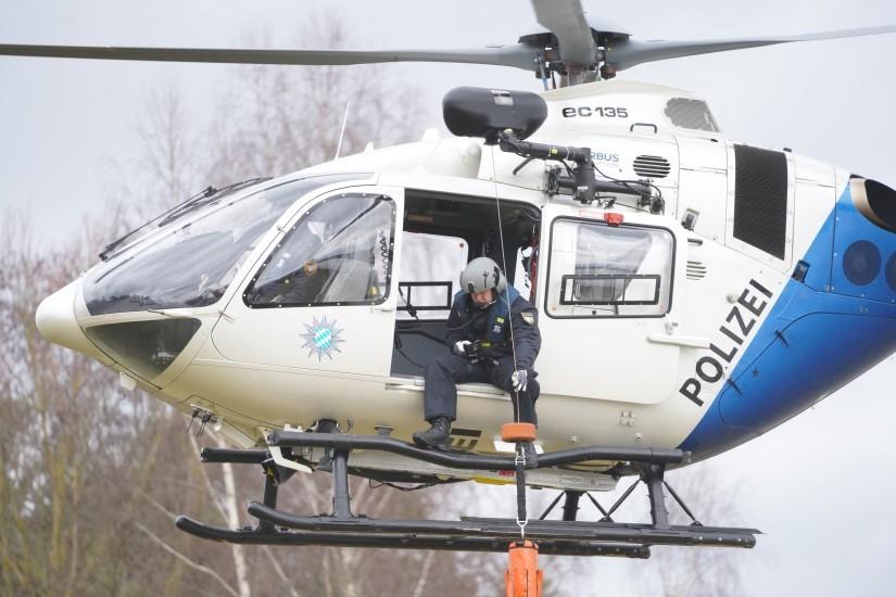 """Operator beim Einsatz der Rettungswinde mit dem """"Rescue Seat"""""""