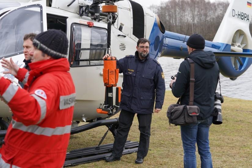 """Polizeioberrat Thomas Renner erklärte das Wasser.- und Eisrettungssystem """"Rescue Seat"""""""