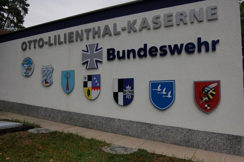 Seit 1974 existiert eine Außenstelle der PHuStBy auf dem Fliegerhorst in der Otto-Lilienthal-Kaserne bei Roth (das Wappen der PHuStBy befindet sich ganz links)