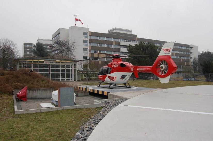 """Im Februar 2011 steht """"Christoph 43"""" an seinem Heimatstandort am St. Vincentius-Krankenhaus und wartet auf seinen nächsten Einsatz (der Start- und Landeplatz war erst kurz zuvor für viel Geld ausgebaut worden)"""