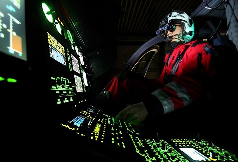 Pilot der DRF Luftrettung mit NVG im Cockpit eines Hubschraubers der DRF Luftrettung