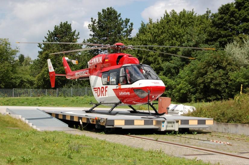 """Die Rettungshubschrauber der DRF Luftrettung müssen zu jeder Zeit einsatzbereit sein (die Archivaufnahme aus dem Jahr 2012 zeigt den RTH """"Christoph 43"""" an seiner alten Homebase in Karlsruhe)"""