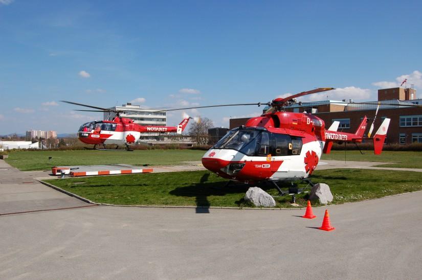 """Vor zehn Jahren, im April 2009, sah man am alten Standort des """"Christoph 11"""" in Villingen-Schwenningen gleich zwei Helikopter mit dem Steiger-Stern (links die BO 105 CBS-5 als RTH """"Christoph 11"""", rechts die BK 117 als ITH """"Ch"""