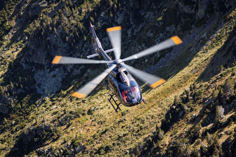 H145 mit Fünfblattrotor im Flug über den Pyrenäen