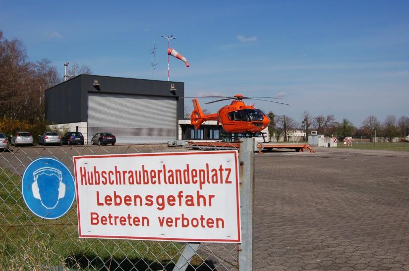 """Ende März 2008 war die Luftretter-Welt in Köln scheinbar noch in Ordnnung: Kurz vor seinem Umzug an den Airport steht der ZSH """"Christoph 3"""" einsatzbereit an seiner Homebase in Köln-Merheim"""