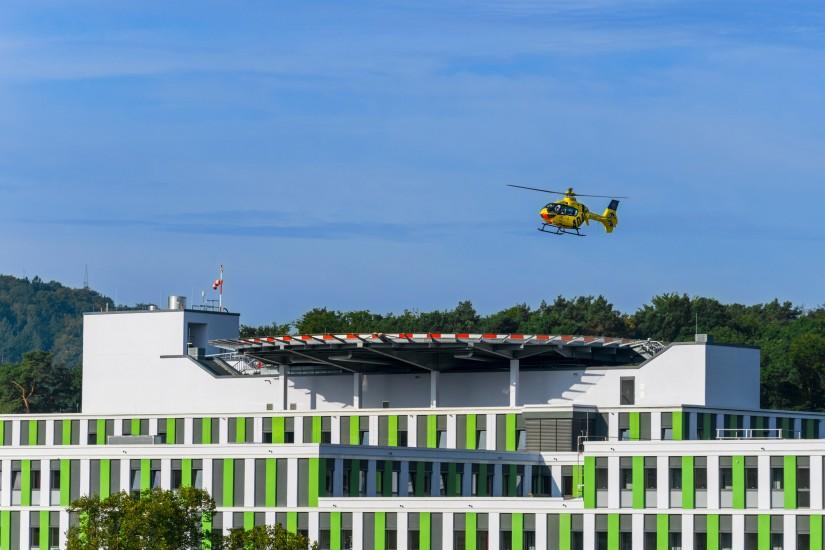 """Im September 2017 entstand diese Aufnahme des landenden RTH """"Christoph 16"""" auf dem neuen Dachlandeplatz am UKS in Homburg/Saar"""