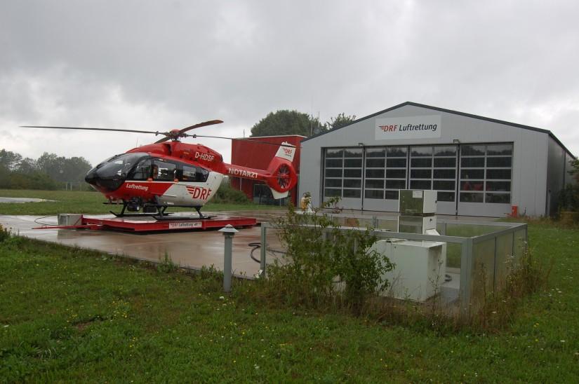 """Die Luftrettungsstation """"Christoph München"""" der DRF Luftrettung befindet sich am Rande der Bebauung (hier im August 2017 mit der neuen H145)"""