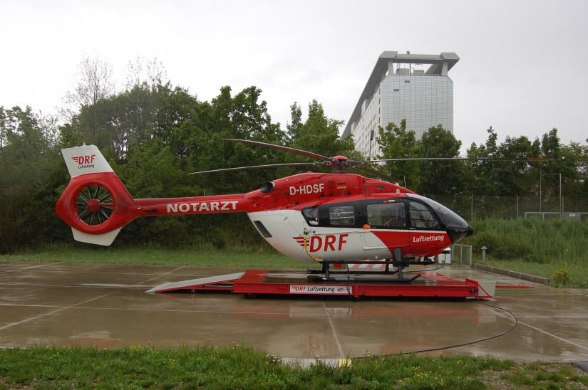 """Die H145 gehört zu den leisesten Hubschraubern ihrer Leistungsklasse (hier ist sie im August 2017 als ITH """"Christoph München"""" vor dem Bettenhaus des Uni-Klinikums Großhadern zu sehen)"""