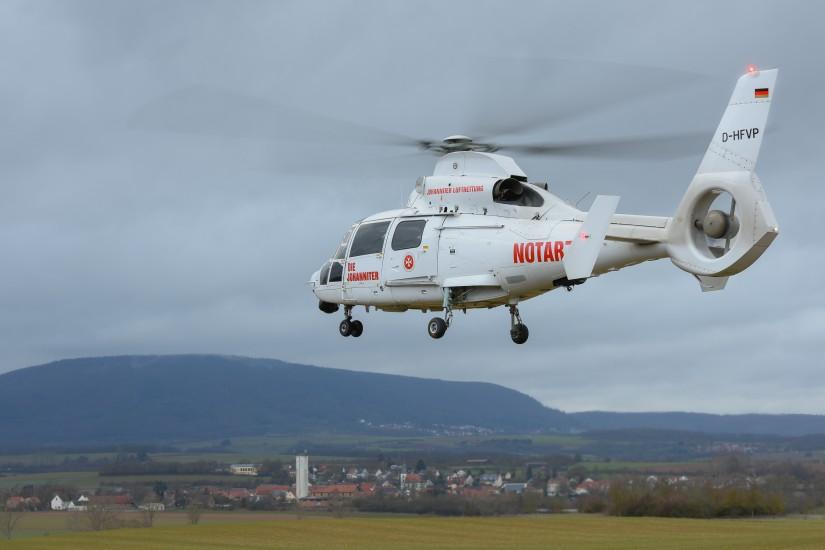 """Der ITH """"Air Rescue Pfalz"""" der Johanniter Luftrettung  (hier die """"White Lady"""" D-HFVP) verlässt bei Göllheim (Donnersbergkreis) wieder die Unfallstelle"""