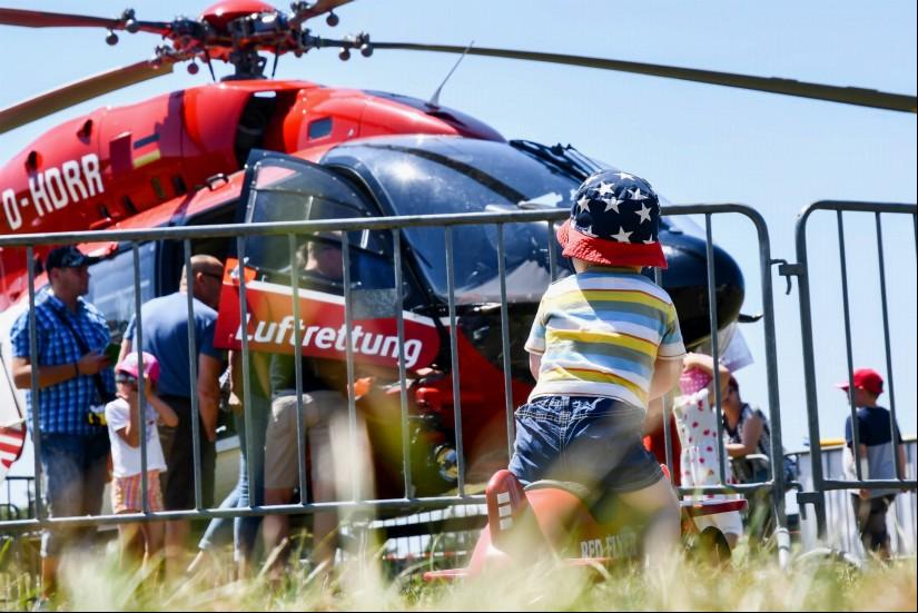 Viele interessierte Besucher warfen einen Blick in den hochmodernen Rettungshubschrauber