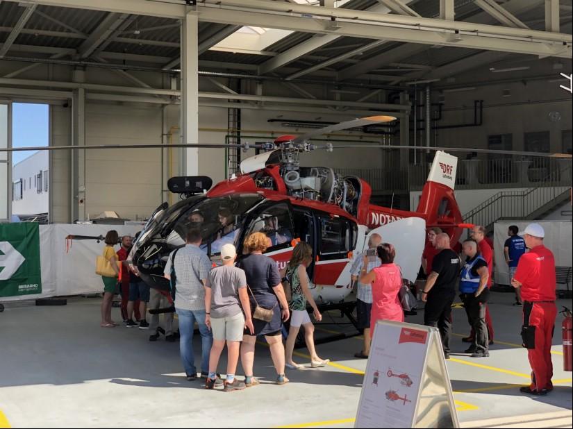 Hubschrauber beim Tag der offenen Tür am Baden Airpark bei der DRF Luftrettung: Hier eine H145 mit Rettungswinde und offenen Verkleidungen