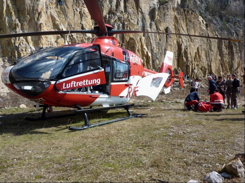 """Hier versorgt das Team des RTH """"Christoph 53"""" einen Patienten im Steinbruch Schriesheim"""