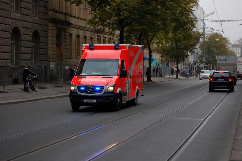 """Notärzte und HEMS TC des neuen RTH """"Christoph 31 Bravo"""" stellt künftig die  Berliner Feuerwehr (hier zu sehen ein RTW der Berliner Feuerwehr auf Alarmfahrt)"""
