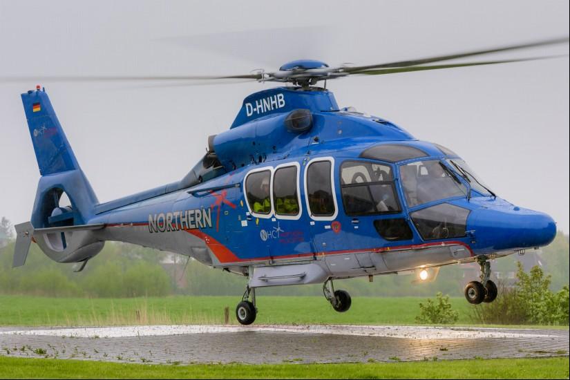 Eingesetzt wird vom Flugplatz Güttin aus eine EC 155 (hier zu sehen die D-HNHB)