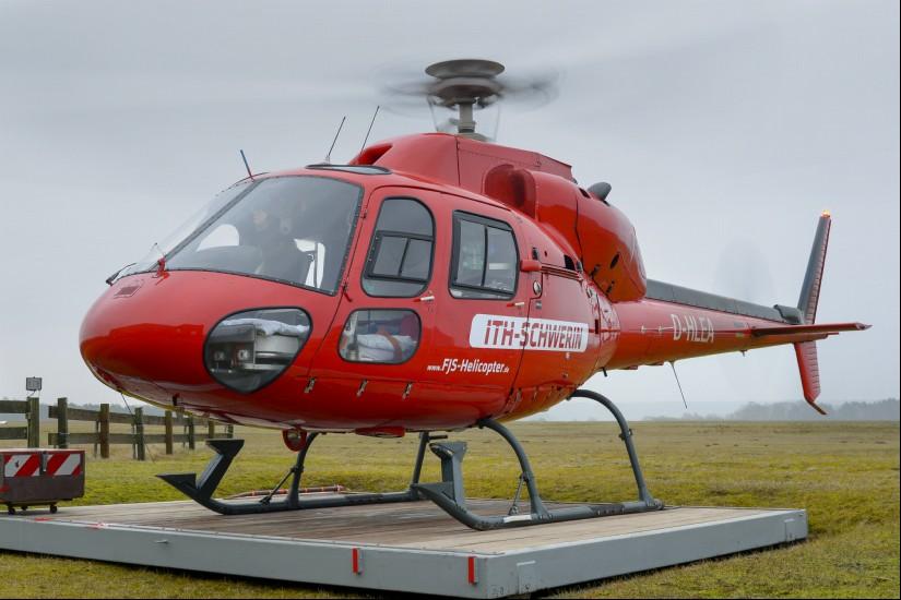 """Am Segelflugplatz Schwerin-Pinnow steht weiterhin eine AS 355 F2 als Ambulanzhubschrauber bereit (hier die rote und als """"ITH-Schwerin"""" beklebte  """"D-HLEA"""" von FJS)"""