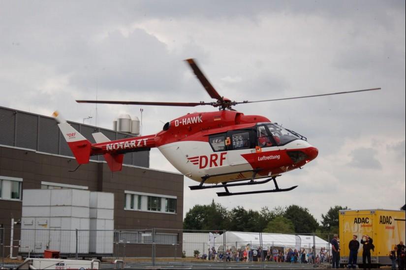 """Am Tag der Sicherheit 2018 landete die BK 117 """"D-HAWK"""" als ITH """"Christoph Weser"""" am Klinikum Links der Weser in Bremen"""