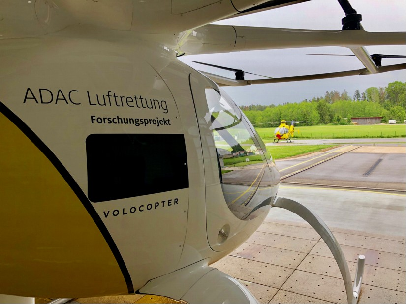 Der Volocopter und sein großer Bruder, der ADAC Rettungshubschrauber