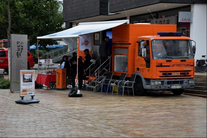Der Förderverein der Luftrettungsstation Christoph 7 Kassel war auf der Bad Driburger Blaulichtmeile mit seinem orangen Infomobil vertreten