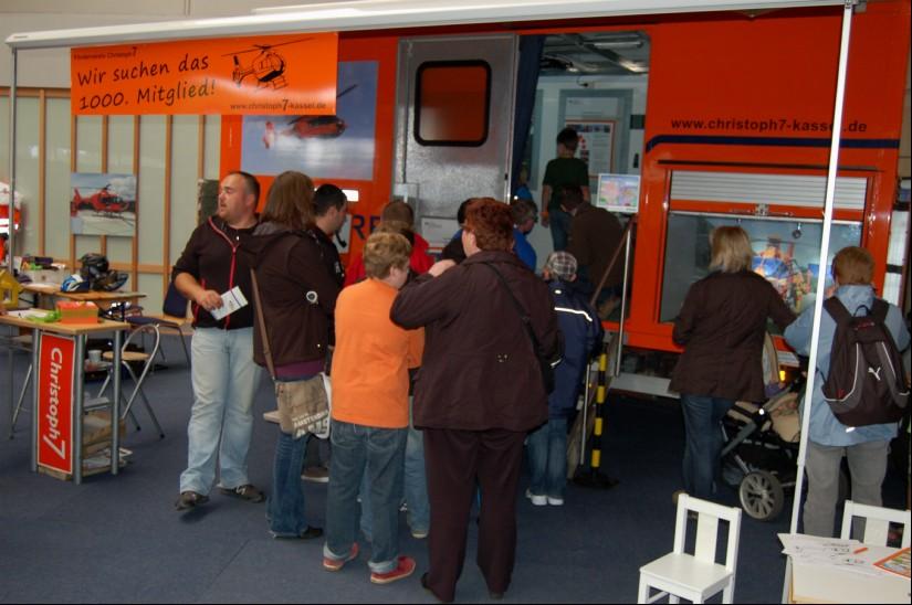 Dicht umringt: das Infomobil beim 10-Jährigen des Fördervereins, das im August 2012 wiederum in den Messehallen Kassel gefeiert wurde