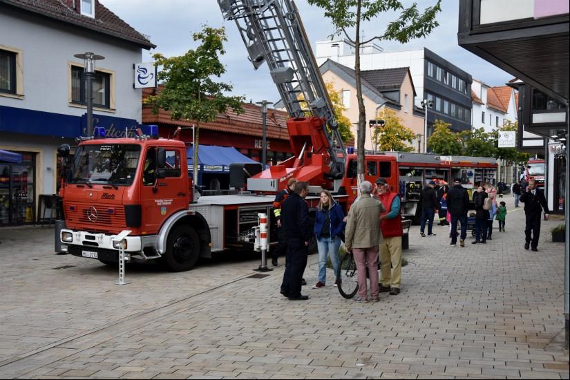 Die Freiwillige Feuerwehr der Stadt Bad Driburg stellte in der Fußgängerzone fast ihren gesamten Fuhrpark vor