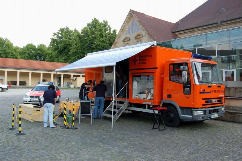 """Und auch beim 23. Bundeskongress Rettungsdienst, der 2007 ebenfalls in Kassel stattfand, waren die Freunde und Förderer von """"Christoph 7"""" vertreten (hier beim Abbau im Hof des Kongress-Palais)"""