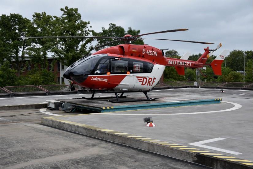 """Im Fokus: der an der Imland-Klinik in Rendsburg stationierte 24-Stunden-Dual-Use-ITH """"Christoph 42"""" der DRF Luftrettung (hier zu sehen: die EC 145 mit normalem Heckrotor)"""