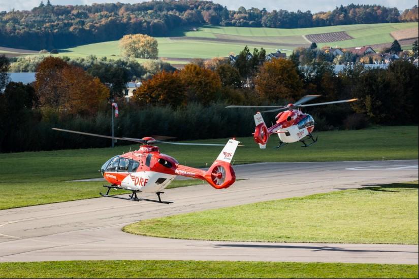 Die zwei neuen Hubschrauber des Typs H135 mit Helionix und H145 starteten zu ihrem Überführungsflug von Donauwörth in die Werft der DRF Luftrettung am 16. Oktober 2019.