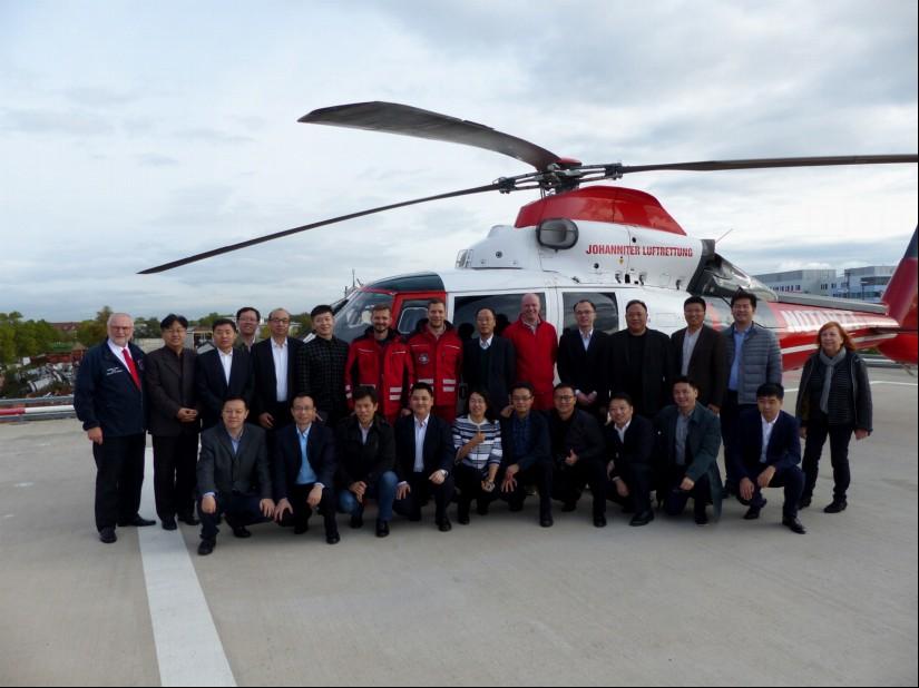 Eine 20-köpfige Delegation aus China besuchte Ende Oktober die Johanniter Luftrettung und stellte sich dem Fotografen zum Gruppenfoto