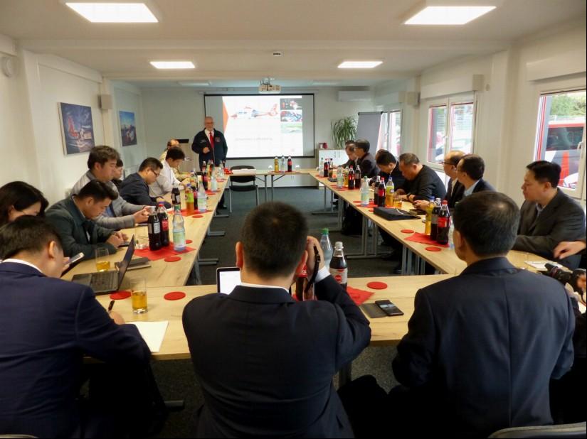 Im Fokus des Interesses der Chinesen: die neue EC 155 B1 der Johanniter Luftrettung