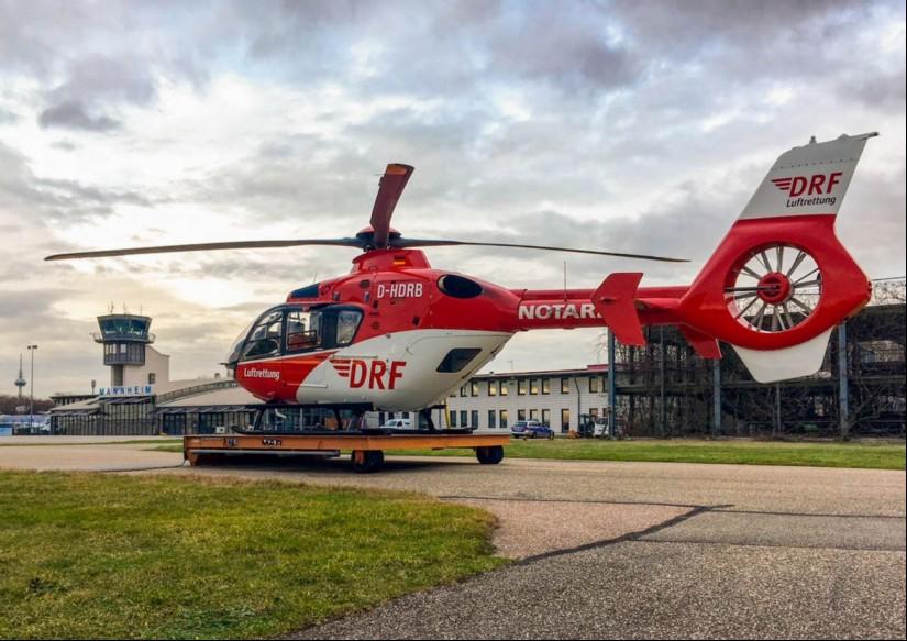 """Der Mannheimer RTH """"Christoph 53"""" der DRF Luftrettung führt seit Mitte November Blut- und Plasmakonserven bei seinen Einsätzen mit"""