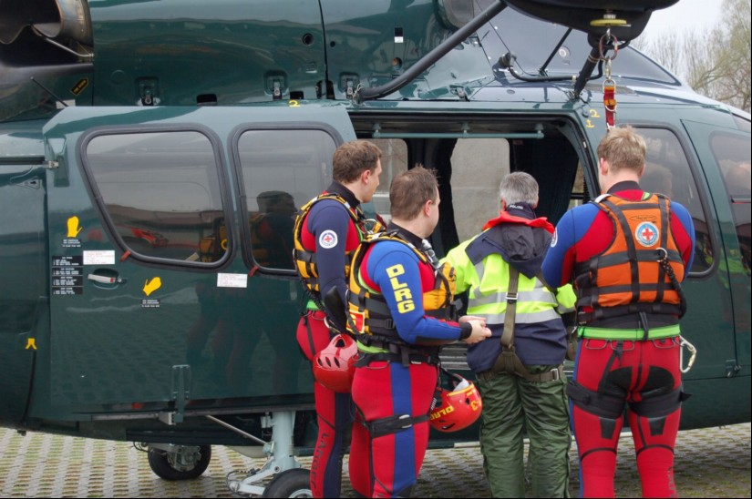 Auch die Bundespolizei hält Hubschrauber mit Rettungswinde vor: hier eine EC 155 B1 noch im alten tannengrünen Gewand (Archivaufnahme aus dem April 2008)