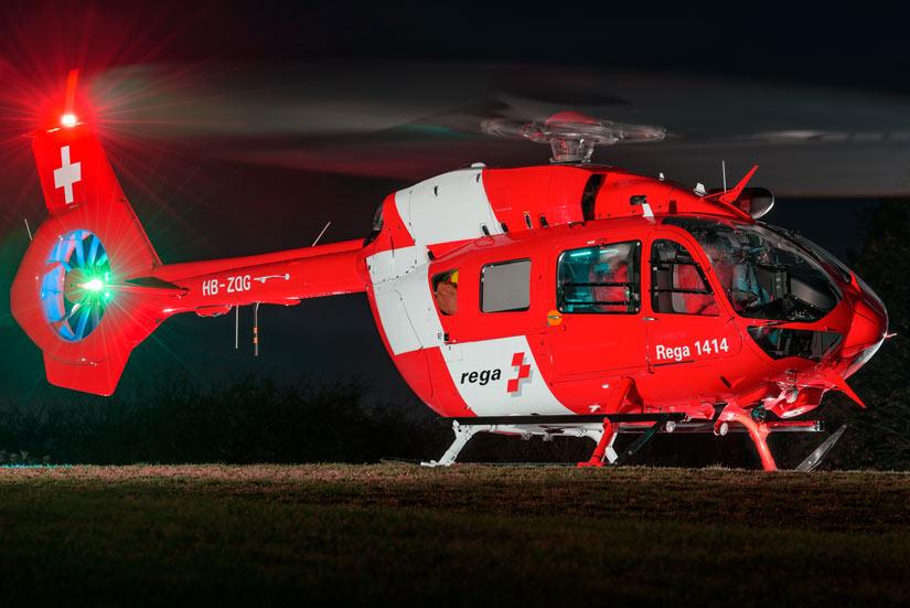 Bereits als Nachfolgertyp im Einsatz: Die rot-weißen H145, hier als Rega 2 bei einem Nachteinsatz in Bad Krozingen.